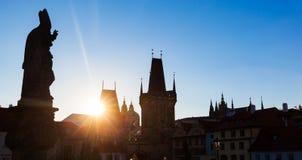 Карлов мост на восходе солнца, Прага, чехия Статуи и силуэты башен Стоковое Изображение