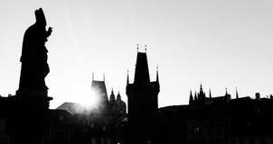 Карлов мост на восходе солнца, Прага, чехия Статуи и силуэты башен Стоковые Фотографии RF