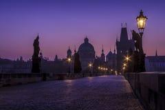 Карлов мост только перед восходом солнца Стоковая Фотография