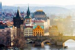 Карлов мост (Karluv больше всего), старые башня моста городка и Чарльз Стоковые Фотографии RF