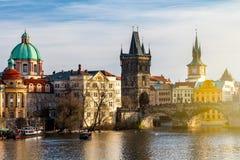 Карлов мост (Karluv больше всего), старые башня моста городка и Чарльз Стоковое Изображение