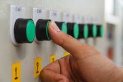 Касание большого пальца руки на зеленом переключателе старта Стоковое Фото