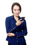 Касание женщины на мобильном телефоне стоковое изображение rf