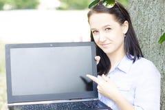 Касание женщины на экране Стоковое Фото