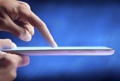 Касание пальца на цифровом экране планшета стоковое изображение