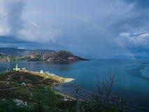 Касание радуги вниз с озера Стоковая Фотография