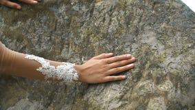 Касание руки красивой невесты утесы акции видеоматериалы