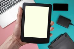 Касание руки на пустом экране планшета над красочным взглядом столешницы, выходит космос для дисплея вашего содержания, концепции стоковые фотографии rf