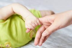 Касание рук Мама и ребенок Стоковое Изображение