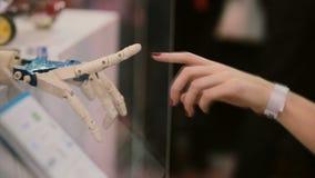 Касающие руки человека и киборга или творение киборга акции видеоматериалы