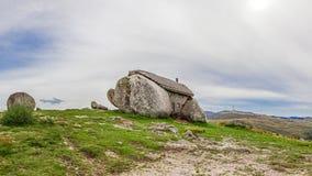 Каса делает Penedo, дом построенный между огромными утесами na górze горы в Fafe, Португалии Стоковая Фотография