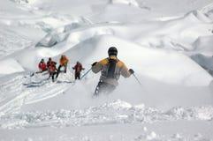 каскадируйте вниз кататься на лыжах гигантов стоковые фото