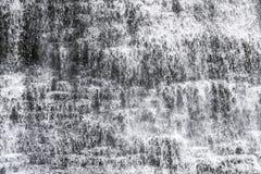 Каскадируя крупный план водопада с движением воды остановил, spashes a Стоковая Фотография