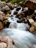 Каскадируя шторка водопада медленная стоковые фотографии rf