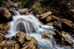 Каскадируя шторка водопада медленная стоковая фотография