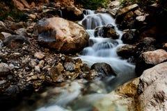 Каскадируя шторка водопада медленная стоковое изображение