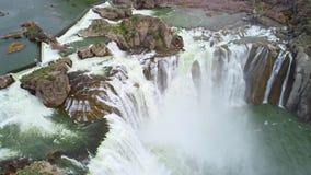 Каскады белой воды над утесами падений Шошона в Айдахо сток-видео