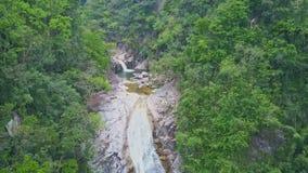 Каскад взгляда трутня большой бежит в реку против джунглей