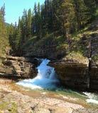 Каскад воды в сценарном каньоне Johnston, национальном парке Banff стоковые фотографии rf