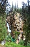 Каскад воды в сценарном каньоне Johnston, национальном парке Banff стоковое фото rf