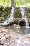 Каскад маленьких водопадов в лесе Krushuna, Болгарии 7 стоковое фото rf