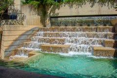 Каскад фонтана Riverwalk крутой стоковая фотография rf