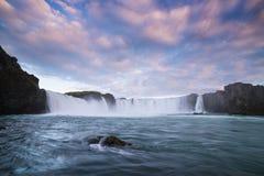 Каскад Godafoss водопада, Исландия стоковые изображения