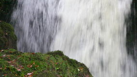 Каскадируя водопад воды сток-видео