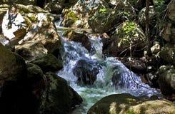 Каскадируя река Blavet рушась над валунами ущелий du Blavet Стоковое Изображение RF