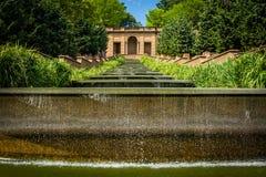 Каскадируя фонтан на полуденном парке холма, в Вашингтоне, DC Стоковое Фото