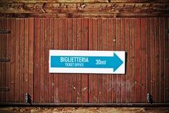 Касса подписывает внутри итальянку в винтажном тоне Стоковая Фотография RF