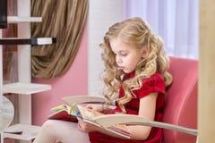 Кассета чтения маленькой девочки стоковая фотография