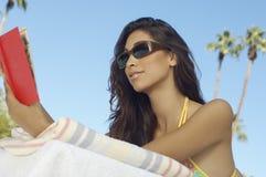 Кассета чтения молодой женщины Outdoors Стоковое Изображение