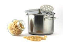 Кастрюлька, снимать-блюдо и макаронные изделия в стеклянной консервной банке стоковое фото rf