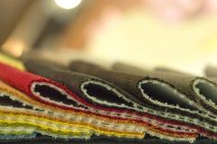 Каталог пестротканой ткани от предпосылки текстуры ткани рогожки, текстуры silk ткани, предпосылки текстильной промышленности Стоковое Фото