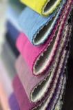 Каталог пестротканой ткани от предпосылки текстуры ткани рогожки, текстуры silk ткани, предпосылки текстильной промышленности Стоковое фото RF