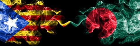 Каталония против Бангладеша, бангладешские флаги дыма установила сторону - - сторона Толстые покрашенные шелковистые флаги дыма К иллюстрация штока