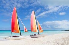 2 катамарана со своими красочными ветрилами широкими раскрывают Стоковое Изображение