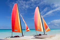 2 катамарана со своими красочными ветрилами широкими раскрывают Стоковые Изображения