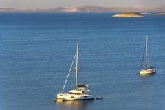Катамараны и яхты в Марине в Sukoshan, Хорватии, стоковые изображения