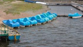 Катамараны на воде в общественном парке города стоковые изображения rf