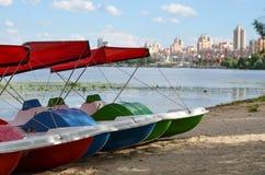 Катамараны на реке стоковая фотография rf