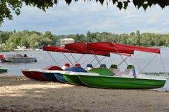 Катамараны на реке стоковые изображения rf