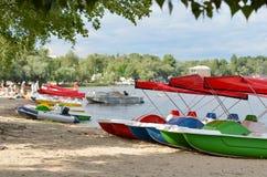 Катамараны строки на реке стоковое изображение rf