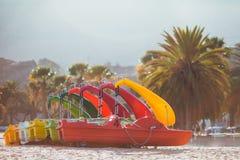 Катамараны цикла моря на пляже стоковые изображения