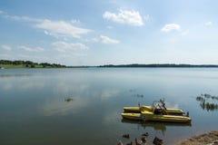 Катамаран на озере стоковые фотографии rf