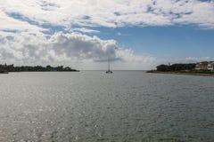 Катамаран обозревая море от реки в Доминиканской Республике стоковые фотографии rf