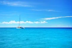Катамаран партии плавания в голубых carribean море и cloudscape стоковые изображения rf