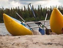 Катамаран при весла стоя на песке Стоковые Фото