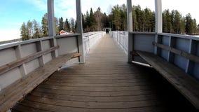 Катание велосипеда на белом ландшафте деревянного моста в стране чуде акции видеоматериалы